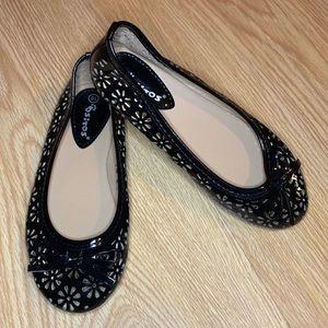 NWOT Sitos Patent Laser Cut Flower Bow Shoes